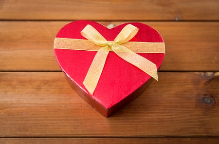 uprzejmości: miłość, data, romans, Walentynki i święta pojęcie - zamknąć w kształcie serca pudełko na drewno