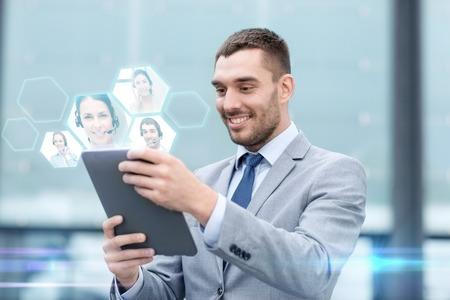 Unternehmen, die Online-Kommunikation, Technologie und Menschen Konzept - lächelnd Geschäftsmann machen Videoanruf mit Tablette-PC-Computer auf Stadtstraße