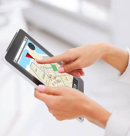 ビジネス、人、テクノロジーとナビゲーションの概念 - タブレット pc コンピューターの gps ナビゲーター地図と女性の手のクローズ アップ