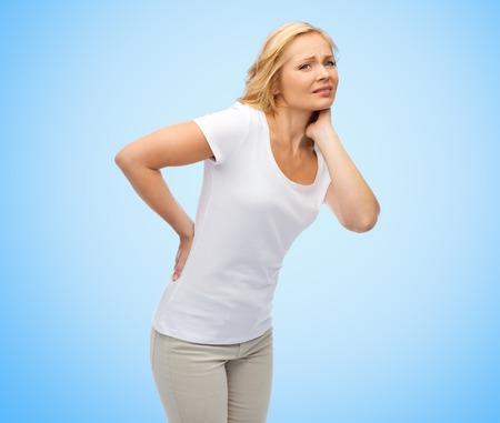 mensen, gezondheidszorg, rugpijn en probleemoplossend concept - ongelukkige vrouw van middelbare leeftijd die lijden aan pijn in de rug of teugels over blauwe achtergrond Stockfoto