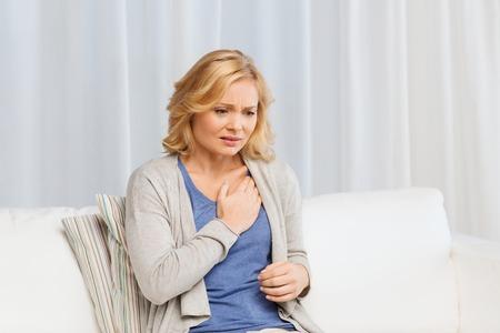 사람, 건강, 심장 질환과 문제 개념 - 불행 한 여자는 집에서 상심 고통