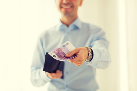 cash money: personas, negocios, finanzas y dinero Concepto - Cierre de negocios manos sosteniendo la cartera abierta con efectivo en euros