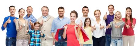 grupo de hombres: gesto, la venta, el hacer compras y el concepto de personas - grupo de sonriente de hombres, mujeres y niños que muestran los pulgares hacia arriba y la celebración de bolsas de la compra