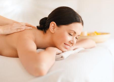 tratamientos corporales: concepto de salud y belleza, complejo y relajación - mujer en salón del balneario que consigue masaje