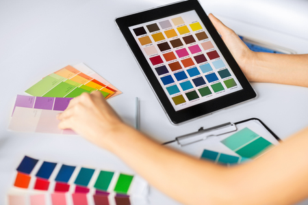 paleta de pintor: diseño inter, la renovación y la tecnología concepto - mujer que trabaja con muestras de color para la selección