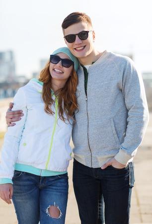 pareja de adolescentes: la gente, el amor y el concepto de la amistad - feliz pareja adolescente que recorre en ciudad Foto de archivo