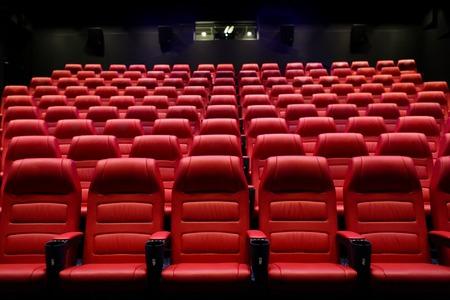 cine: el entretenimiento y el concepto de ocio - sala de cine o auditorio del cine vacío con asientos rojos