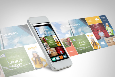技術、ビジネス、エレクトロニクス、インターネットとメディアのコンセプト - 白い smarthphone ニュース web ページと画面のアプリケーション アイコ