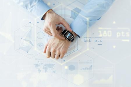 affari, tecnologia del futuro e la gente concept - stretta di mani maschili impostazione orologio intelligente con schermi virtuali e grafici di proiezione