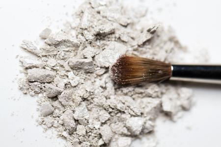 化粧品、メイクや美容のコンセプト - 化粧ブラシとアイシャドウのクローズ アップ