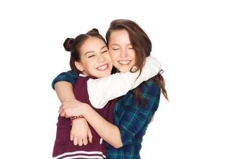 niñas sonriendo: personas, amigos, adolescentes y concepto de la amistad - feliz sonriente Adolescentes bonitos que abrazan Foto de archivo