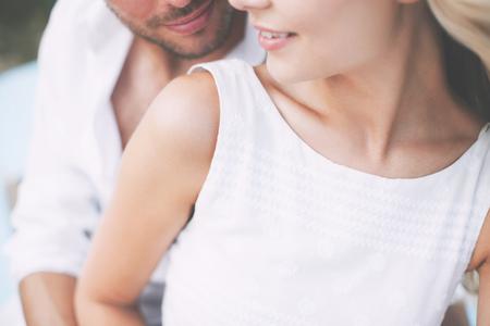 Sommerferien und Dating-Konzept - Paar in den Farben sitzen am Meer