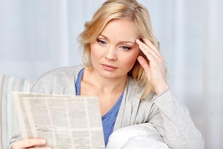 뉴스, 언론, 미디어, 레저 및 사람들이 개념 - 가정에서 신문을 읽는 여자 스톡 콘텐츠