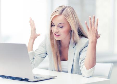foto van boze zakenvrouw met laptop op het werk