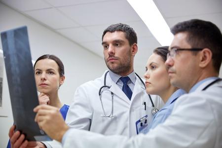 grupo de médicos: radiología, atención sanitaria, personas, la cirugía y la medicina concepto - grupo de doctores que miran imagen de la exploración de rayos X en