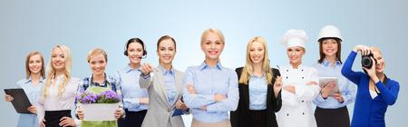profesiones: personas, profesión, calificación, el empleo y el concepto de éxito - mujer de negocios feliz con el grupo de profesionales sobre fondo azul