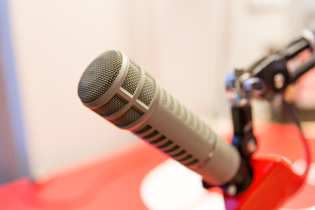 estudio grabación: technology, electronics and audio equipment concept - close up of microphone at recording studio or radio station