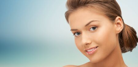 Schönheit, die Menschen und die Gesundheit Konzept - schöne junge Frau Gesicht auf blauem Hintergrund