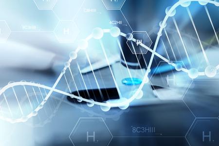 la ciencia, la química, la biología, la medicina y la gente concepto - cerca de la mano con la muestra de ensayo científico en la investigación en laboratorio clínico sobre la fórmula química de hidrógeno y estructura de la molécula de ADN Foto de archivo