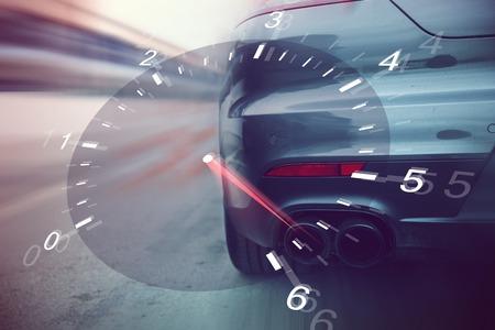 velocímetro: transporte, altas velocidades, carreras y concepto de carreteras - cerca de la pista de carreras de coches en carretera de la parte posterior Foto de archivo