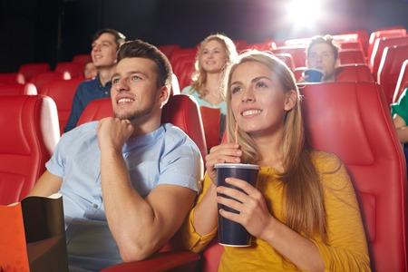 pelicula de cine: el cine, el entretenimiento y la gente concepto - amigos felices viendo la película en el teatro