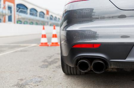 racing, Motosports, extreme en autorijden concept - close-up van de sportwagen terug op speedway van het stadion