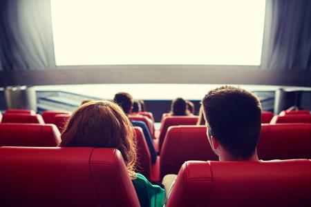 cinema, intrattenimento, il tempo libero e la gente concetto - coppia a guardare film in teatro dal retro