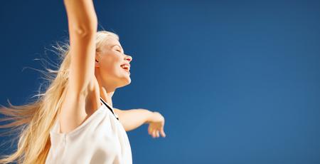 ludzie, szczęście, wolność i lato pojęcie - piękna szczęśliwa kobieta cieszy się słońce outdoors