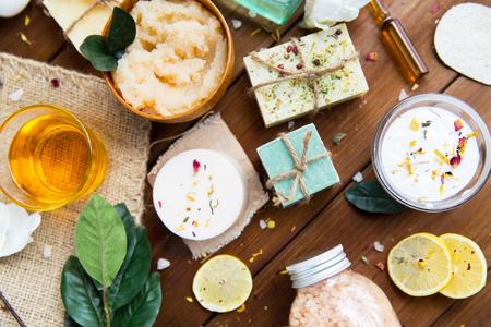 Schönheit, Spa, Therapie, Konzept Naturkosmetik und Wellness - Nahaufnahme von Körperpflege Kosmetikprodukte auf Holz Standard-Bild