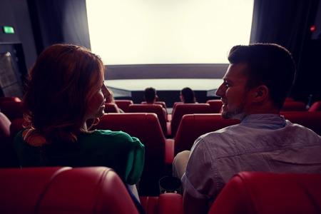 bioscoop, entertainment en mensen concept - gelukkige vrienden kijken naar film in het theater van achter