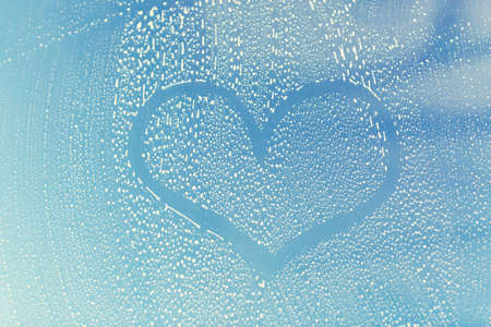 dessin coeur: people, housework, love, valentines day and housekeeping concept - close up of heart shape drawing on soapy window glass Banque d'images