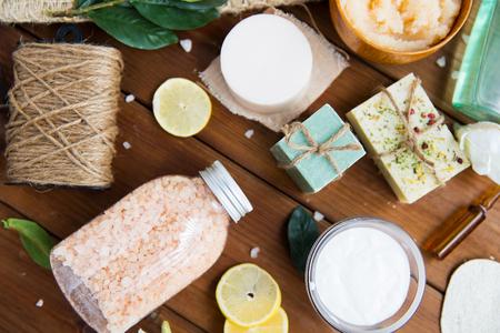 belleza, spa, terapia, cosmética natural y el concepto de bienestar - Cierre de cuidado del cuerpo productos cosméticos en la madera