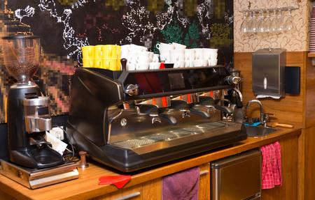 locales comerciales: equipo, objeto y concepto de la tecnología - cerca de la máquina de café en el bar cafetería o restaurante cocina