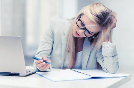 image intérieure de la femme en prenant des notes ennuyé et fatigué Banque d'images