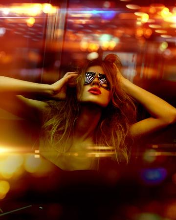 濃い色のトーンのナイトクラブでファッショナブルな女性の画像