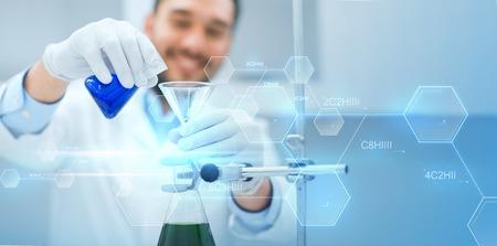Wissenschaft, Chemie, Biologie, Medizin und Menschen Konzept - Nahaufnahme des Wissenschaftlers Füllung Reagenzgläser mit Trichter und machen Forschung im klinischen Labor über blauen Molekülformel Hintergrund