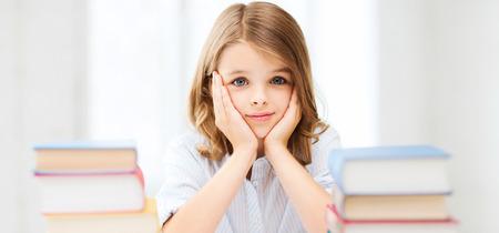 fille triste: l'éducation et l'école notion - petite fille étudiante étudier et lire des livres à l'école Banque d'images
