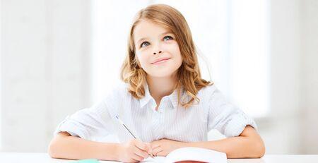 niña pensando: la educación y la escuela concepto - niña estudiante que estudia en la escuela Foto de archivo