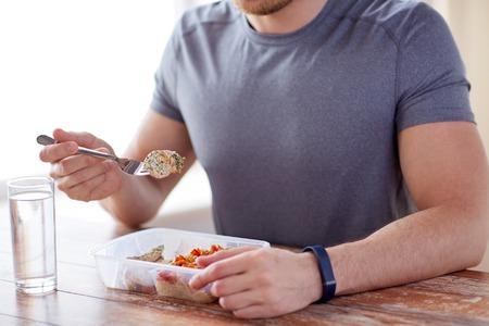 가까운 포크와 물 유리와 함께 저녁 식사를 위해 고기와 야채를 가진 남성의 손에 최대 - 건강 한 식습관, 균형 잡힌 식단, 음식과 사람들 개념