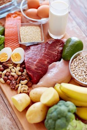 バランスの取れた食事、調理、料理と食品のコンセプト - は、野菜や果物、木のテーブルに肉のクローズ アップ