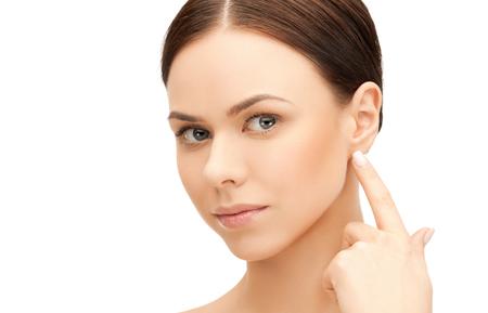 le visage de la belle femme de toucher son oreille Banque d'images