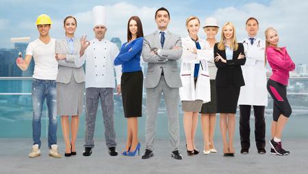 人、専門職、資格、雇用および成功コンセプト - 都市背景の上の専門の労働者のグループで幸せなビジネスマン