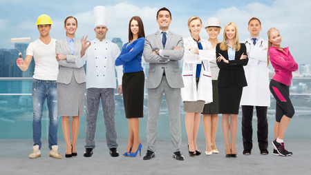 Menschen, Beruf, Qualifikation, Beschäftigung und Erfolgskonzept - glücklich Geschäftsmann mit einer Gruppe von Fachkräften über Stadt Hintergrund