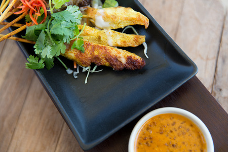 kulinarne: asian kitchen, food, culinary and cooking concept - close up of deep-fried snacks on plate at restaurant