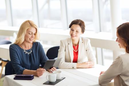 factura: la gente, los gastos, el pago y el estilo de vida concepto - las mujeres felices que miran la cuenta del restaurante