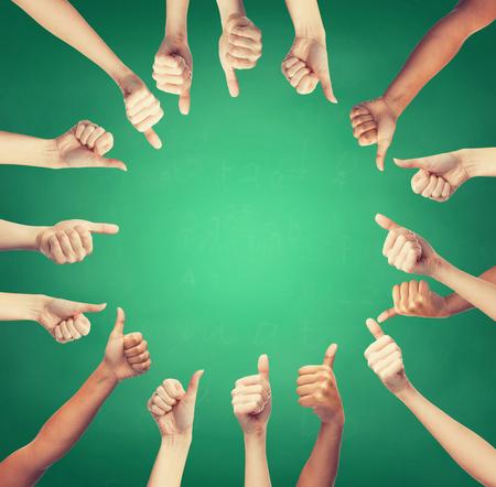 el gesto y las partes del cuerpo concepto - las manos humanas que muestran los pulgares para arriba en el círculo