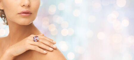 schöne frauen: Schönheit, Schmuck, Menschen und Zubehör-Konzept - in der Nähe der Frau mit Cocktail Ring auf der Hand über blau Urlaub leuchtet Hintergrund