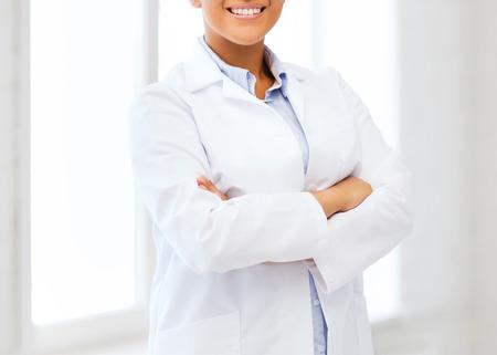 gezondheidszorg en medisch concept - lachende Afrikaanse vrouwelijke arts in het ziekenhuis Stockfoto