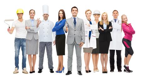 profesiones: personas, profesión, calificación, el empleo y el concepto de éxito - hombre de negocios feliz sobre el grupo de profesionales que muestran los pulgares para arriba