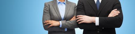 mani incrociate: affari, la gente, la cooperazione e l'educazione concetto - close up di imprenditrice e uomo d'affari con le braccia incrociate su sfondo blu